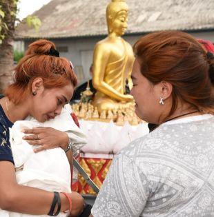 La madre de la menor sostiene el cuerpo de su hija en un templo en Phuket. | Foto: Reuters.