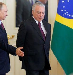 La visita oficial de Temer a Putin en Rusia ha sido criticada porque deja a Brasil en medio de escándalos de corrupción. Foto: AFP