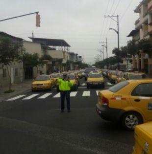 Se registraron incidentes entre taxistas e informales en el centro, en las calles Velez y Pedro Moncayo. Foto: Twitter ATM