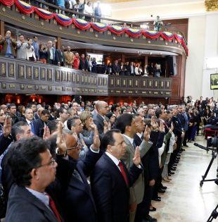 Los gobernadores del chavismo durante la ceremonia de toma de posesión en el Palacio Federal Legislativo. Foto: Reuters