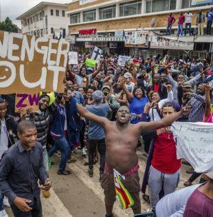 Los zimbabuenses salen a la calle para pedir que Mugabe se vaya. Foto: AFP