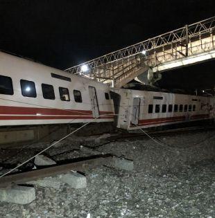 Las imágenes del accidente mostraron que el tren Puyuma Express se descarriló completamente. Foto: AFP
