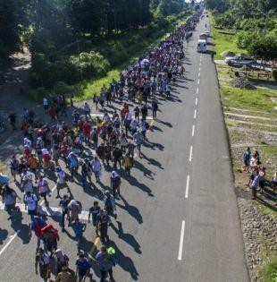 Miles de hondureños avanzaban el domingo hacia Estados Unidos desde Ciudad Hidalgo, en el sur de México. Foto: AFP