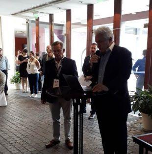 Mantilla Anderson, muy emocionado, recogió el galardón, entregado en el marco de la 74 asamblea de la SIP. Foto: Twitter