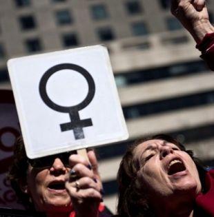 En materia salarial, los organismos alertan de la diferencia en la remuneración a hombres y mujeres. Foto referencial: AFP
