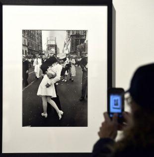 En la famosa imagen, una de las cuatro que tomó Alfred Eisenstaedt para la revista Life, se ve a Mendonsa inclinado sobre la mujer a la que está besando y que viste un uniforme blanco de enfermera.