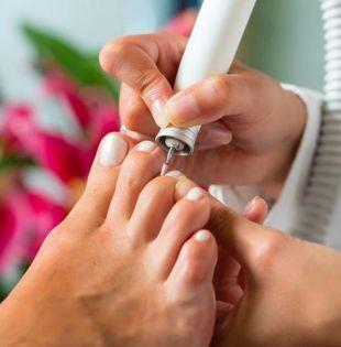 Tener contacto con algún instrumento contaminado durante la manicura o pedicura elevan el riesgo en las mujeres para contraer el virus de la hepatitis C.