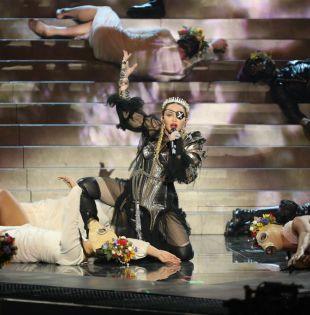 Se desconoce si Madonna sabía que algunos de sus bailarines saldrían después a escena con banderas israelíes y palestinas. Foto: AFP