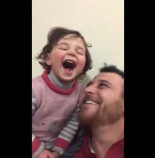 Un padre sirio decidió inventar un juego para ocultar a su hija el horror de la guerra.