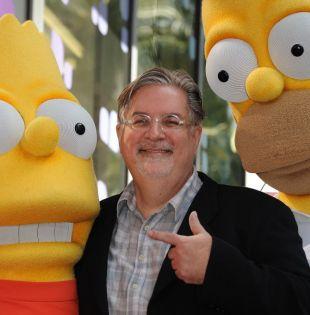 """El dibujante Matt Groening, creador de """"Los Simpson"""", posa con sus personajes Bart y Homero Simpson. Foto: AFP"""