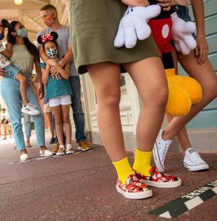 Bajo estrictas medidas de seguridad las puertas de Magic Kingdom y Animal Kingdom se abrieron este sábado para el público en general. Foto: EFE.