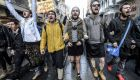 Una veintena de hombres desfilaron -algunos usando faldas- en la gran calle peatonal de Istiklal, en Estambul. Foto: AFP