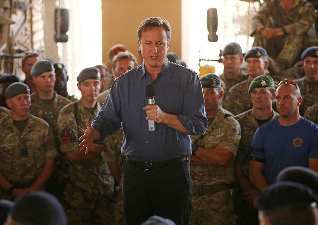 El primer ministro David Cameron junto a tropas británicasen Afganistán. Foto: AFP / Dan Kitwood