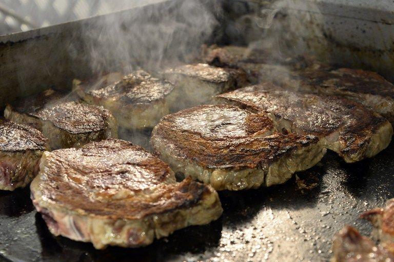 En el Salón Internacional de la Alimentación se cocinó carne argentina. Foto: AFP/Bertrand Guay.