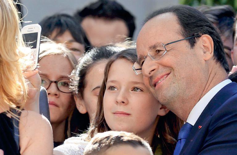 Estilo francés. El presidente François Hollande posa para un selfie con una joven asistente a un concierto en París. Foto: REUTERS