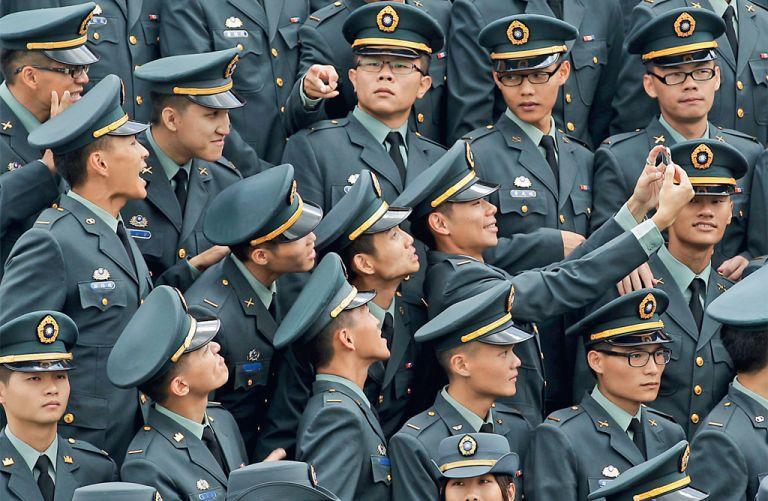 Atención: selfie. Graduados de una academia militar en Taiwán se toman un selfie durante la iniciación conjunta de las fuerzas armadas. Foto: REUTERS
