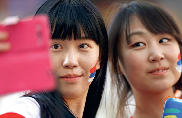 El Mundial 2014 fue escenario de florecimiento constante de selfies, como el que se tomaron estas dos hinchas surcoreanas.