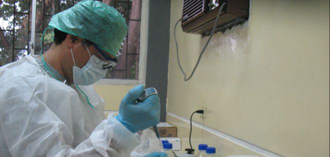 El biólogo Washington Cárdenas desarrolló el método de prueba.