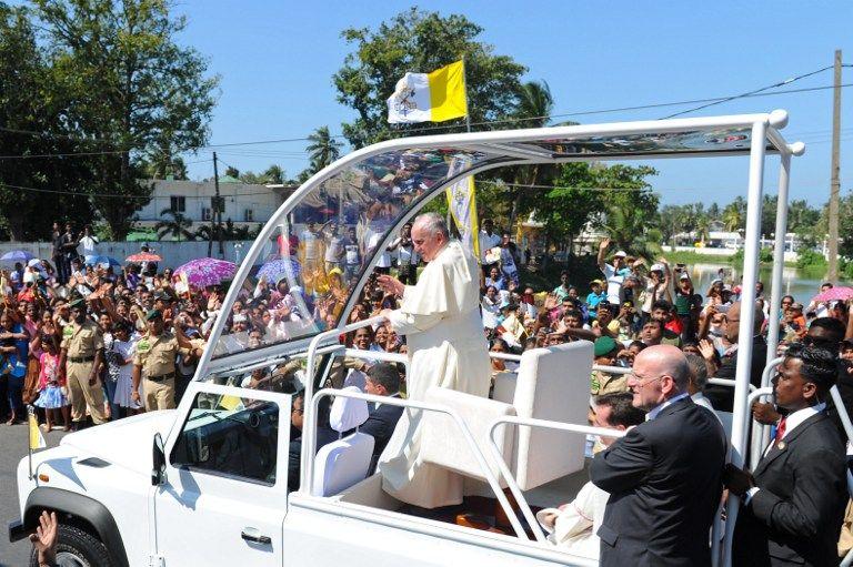Francisco hizo un recorrido en el 'papamóvil'. Foto: AFP