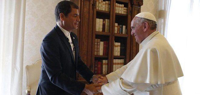 En abril de 2013, Correa fue recibido en el Vaticano por Francisco. Foto: Ecuavisa.com