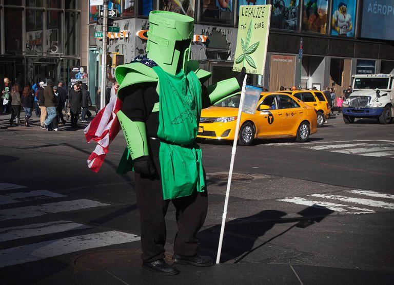 Un activista en Tmes Square, Nueva York, aboga por la legalización del cannabis. Foto: REUTERS