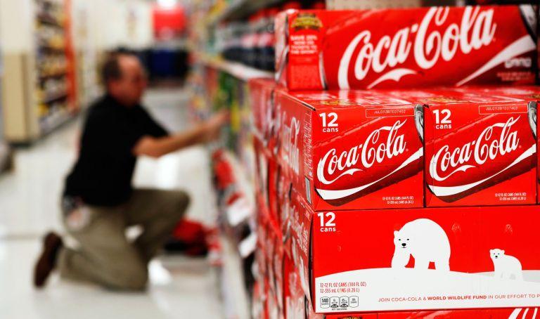 Un empleado acomoda bebidas en un local en Virgina. Foto: REUTERS.