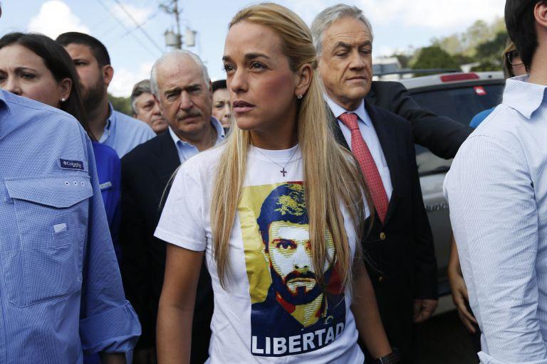 Lilian Tintori, esposa de Leopoldo López, afuera de la prisión de Ramo Verde, acompañada de los expresidentes Sebastián Piñera (Chile), y Andrés Pastrana (Colombia). Foto: REUTERS,