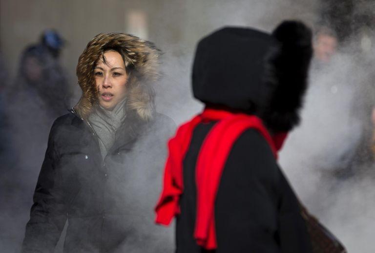 Los peatones caminan en un frío severo en el Times Square de Nueva York. Foto: REUTERS