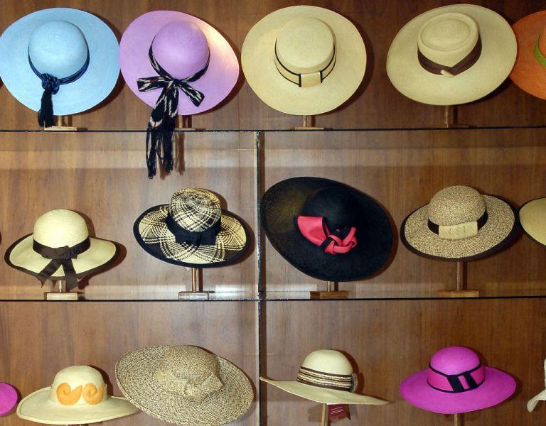 Elegancia y variedad. Sombreros de varios tipos y colores llenan las vitrinas.