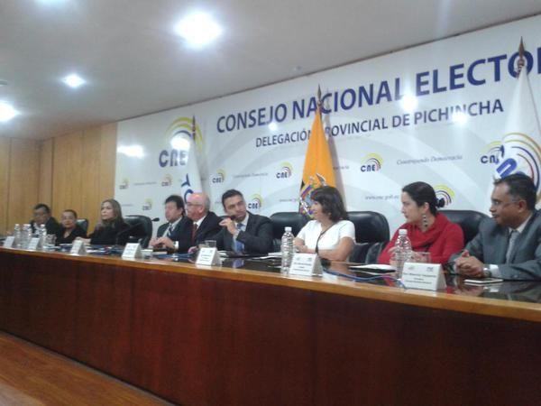 Funcionarios del CNE y del TCE durante el taller. Foto: Twitter.