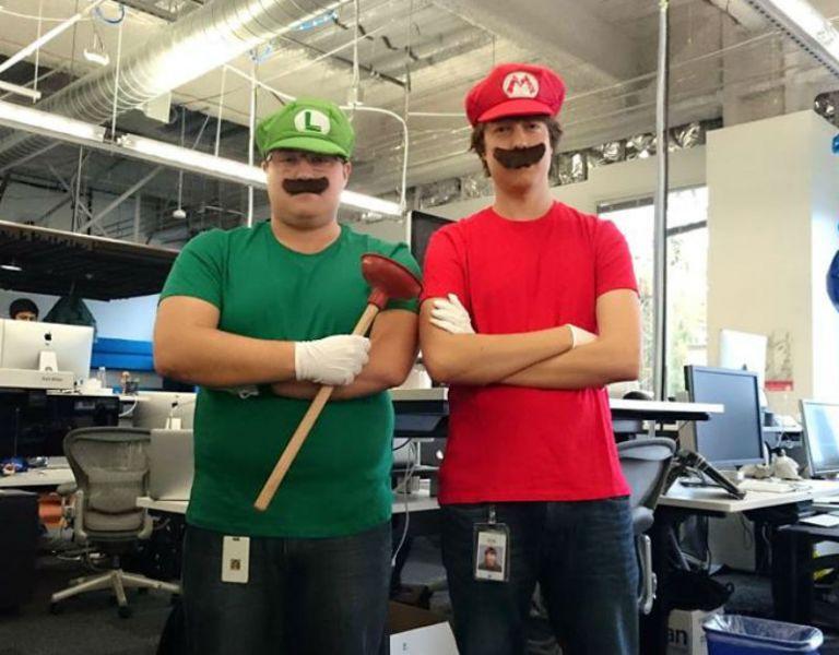 Marra (der.) acudió disfrazado de Mario Bros a una jornada de trabajo en las oficinas de Facebook.