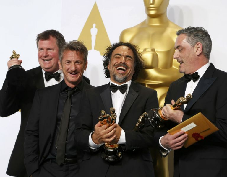James W. Skotchdopole, Alejandro Inarritu y John Lesher posan junto a los trofeos junto al actor Sean Penn. Foto: REUTERS