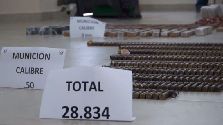 Se incautó además la lancha 'Pajarito' en alta mar, que transportaba los 17 cartones donde se encontraron las granadas y municiones de varios calibres. Fotos: Ministerio del Interior