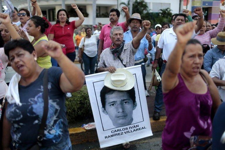 Con pancartas y tambores y otros instrumentos, mujeres y hombres se sumaron a la protesta. Foto: AFP