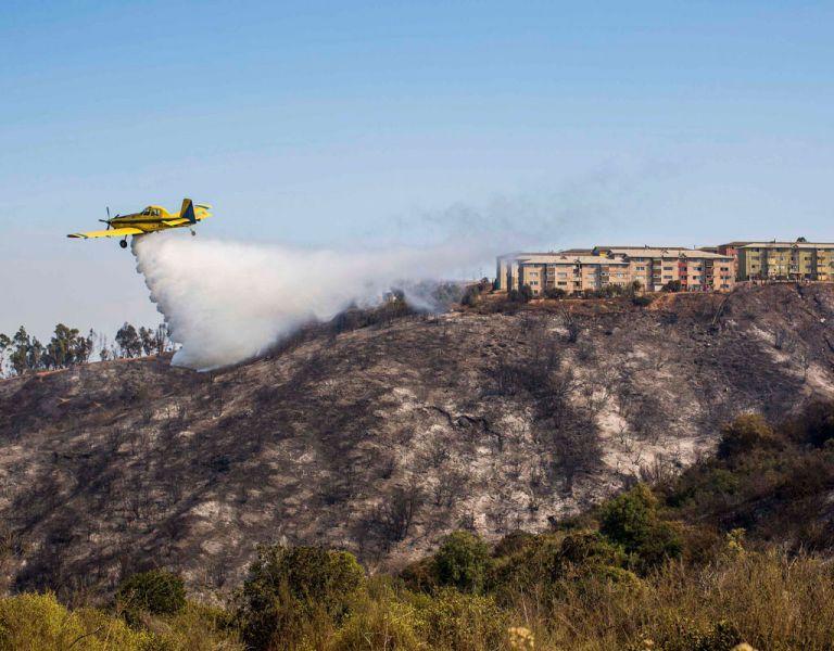 Un avión cisterna ayuda en la extinción del incendio forestal en las colinas de Valparaíso. Foto: REUTERS
