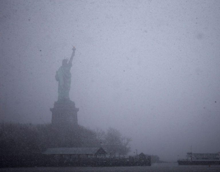 Una vista de la Estatua de la Libertad durante la nevada en Nueva York. Foto: REUTERS
