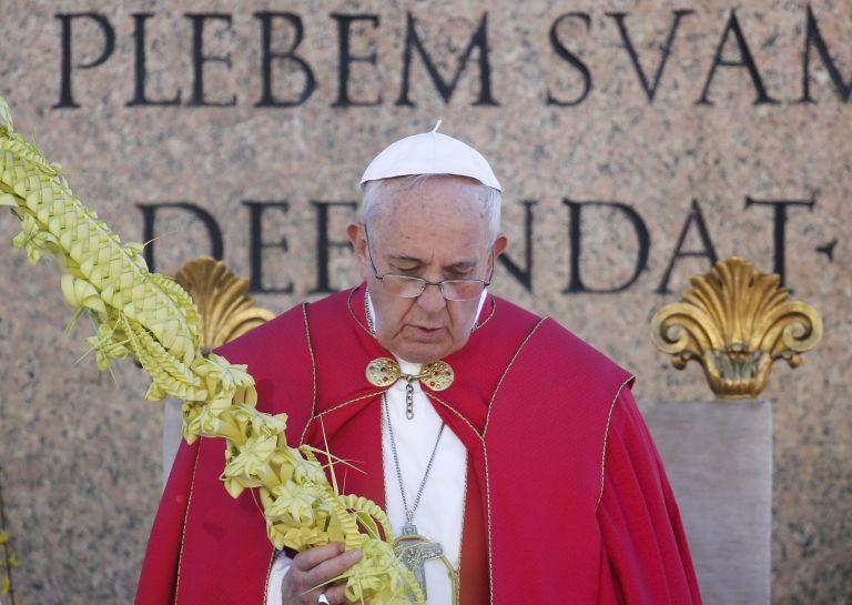 Miles de personas acudieron ante la Basílica de San Pedro, donde el pontífice fue testigo de la procesión de las palmas. Fotos: REUTERS.
