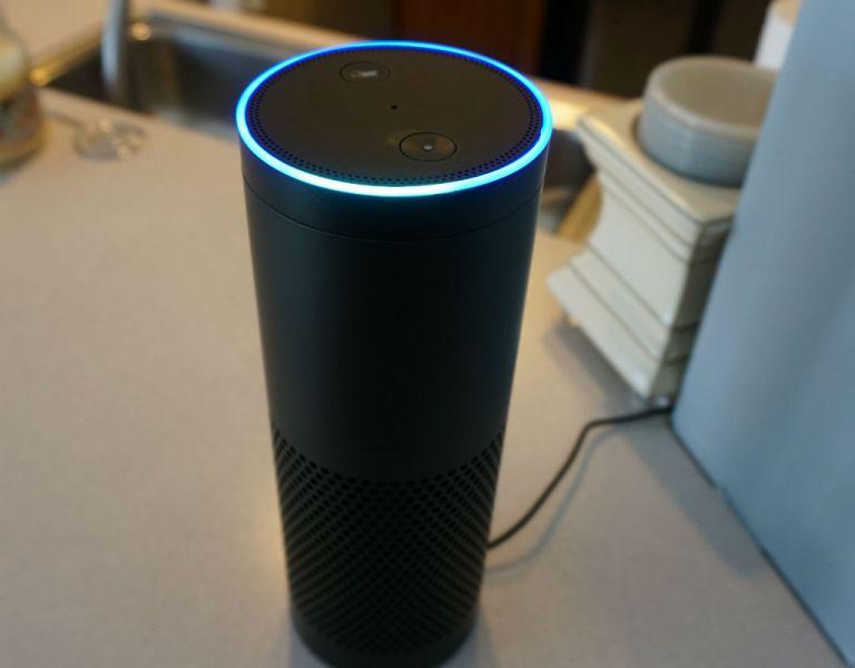 """Echo es un aparato cilíndrico, negro e inalámbrico, que puede colocarse en cualquier lugar de la casa y responde cuando el usuario lo activa diciendo """"Amazon"""" o """"Alexa""""."""