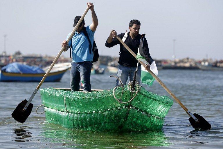 El bote ha despertado gran curiosidad entre los vecinos del puerto de Gaza. Fotos: AFP