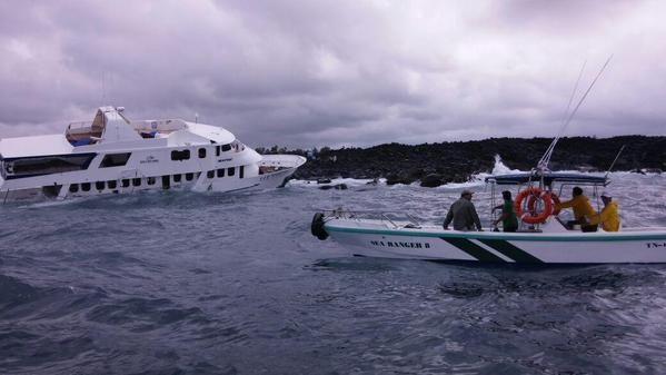 El barco encalló mientras cumplía el itinerario normal de crucero navegable cerca de Tortuga Bay. Foto: Parque Nacional Galápagos.