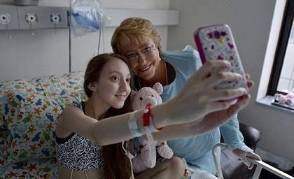 Bachelet visitó a Valentina en el hospital donde estaba ingresada para dar su apoyo a la joven y a su familia.