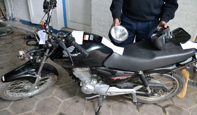 Los transportistas de droga se movilizan en motos para trasladarse con mayor facilidad, casos como este son detectados a menudo por la Policía. Foto: Ecuavisa.com