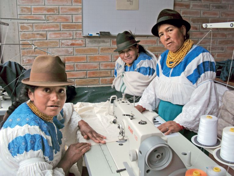 Las socias de Sarum Maky recibieron capacitaciones para usar máquinas de coser para elaborar camisas, blusas y vestidos. Con esa ropa, ellas han participado en desfiles de moda en Atuntaqui.