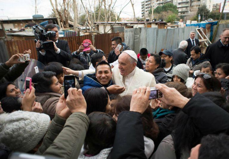 Francisco visitó una zona marginal en las afueras de Roma y compartió con migrantes, entre ellos ecuatorianos. Foto: REUTERS