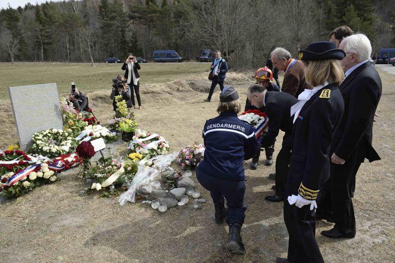 Simbólicos arreglos florales colocados en abril pasado para recordar a las víctimas del accidente. Foto: Archivo / REUTERS.