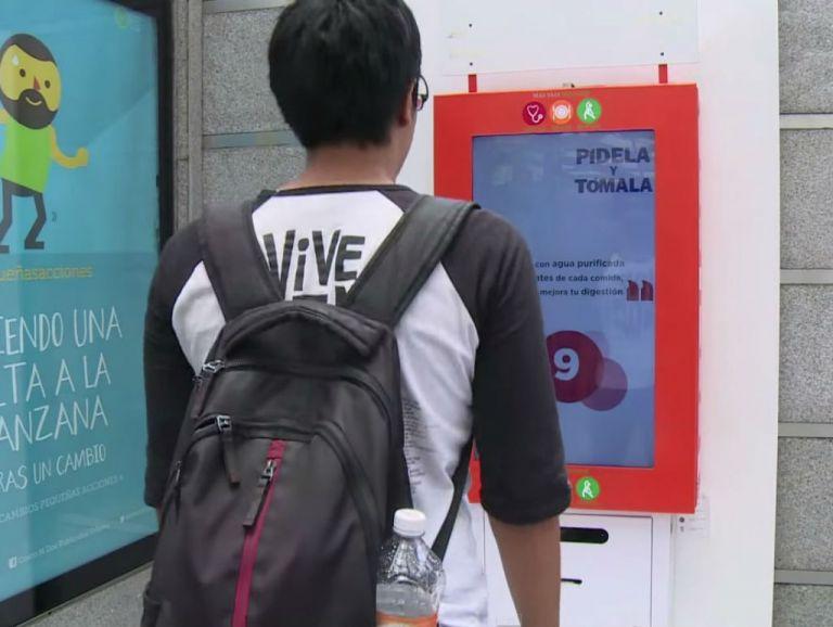 """Las """"estaciones de salud"""", máquinas con ojos electrónicos que cuentan las sentadillas, transmiten consejos para mejorar la salud."""