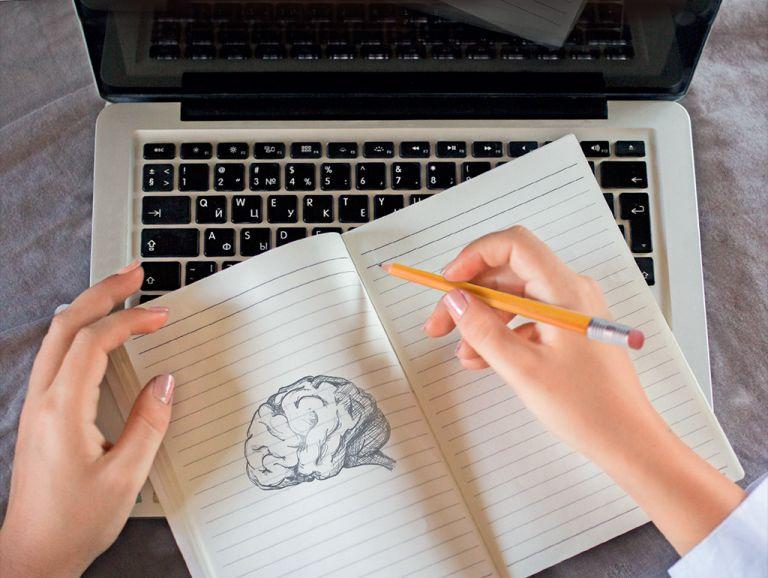 El presente y el futuro se escriben en teclados, pero un estudio destaca la importancia de la escritura manual.