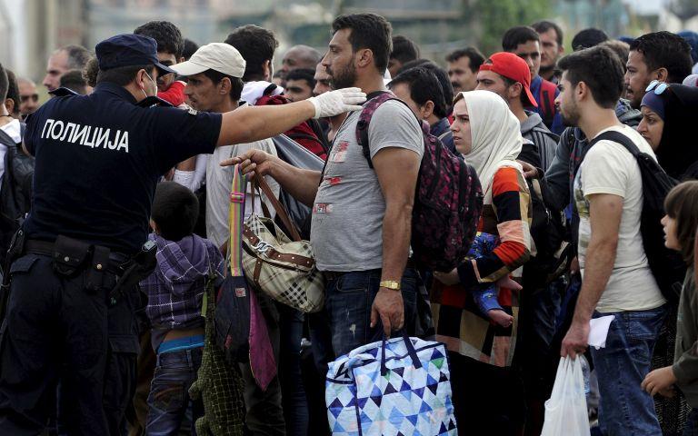 Un grupo de migrantes espera para ingresar en el campo de tránsito en Gevgelija (Macedonia). Foto: REUTERS.