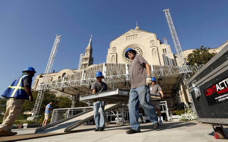 Obreros afinan los detalles en el sitio que se celebrará la misa de Francisco, en la Basílica del Santuario Nacional de la Inmaculada Concepción. Foto: REUTERS.
