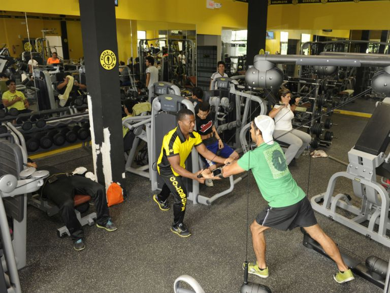 Gold's Gym cuenta con entrenadores que guían y motivan a sus clientes a ejecutar correctamente sus rutinas, a fin de evitar alguna lesión. Foto: José Dimitrakis